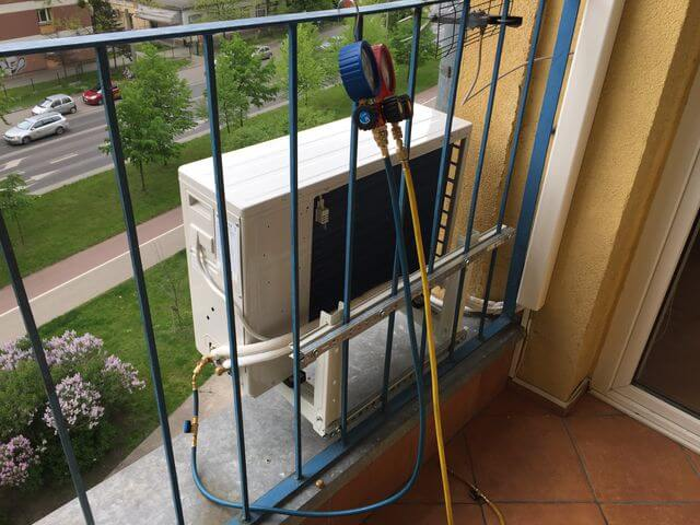 klimatyzacja haier przymocowana krat do balkonu