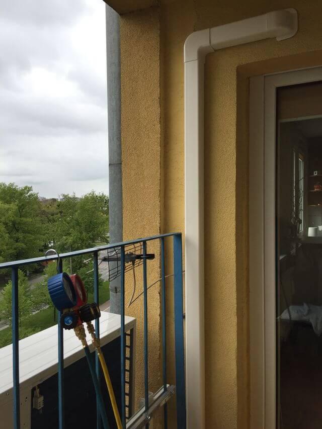 klimatyzacja przymocowana krat do balkonu