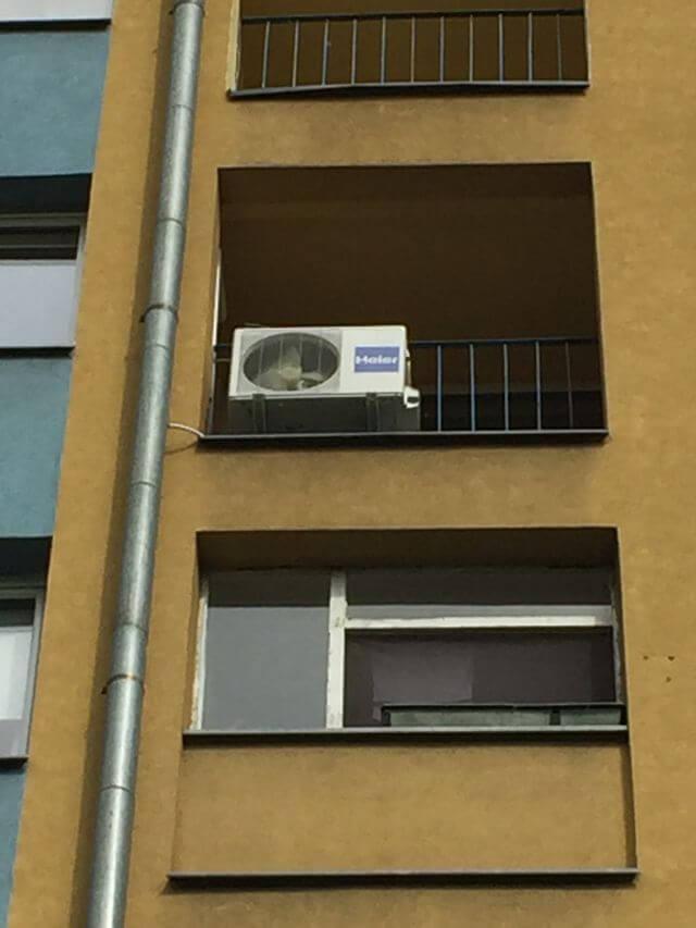 klimatyzacja przymocowana do balkonu