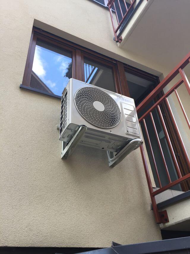 klimatyzator samsung przy balkonie