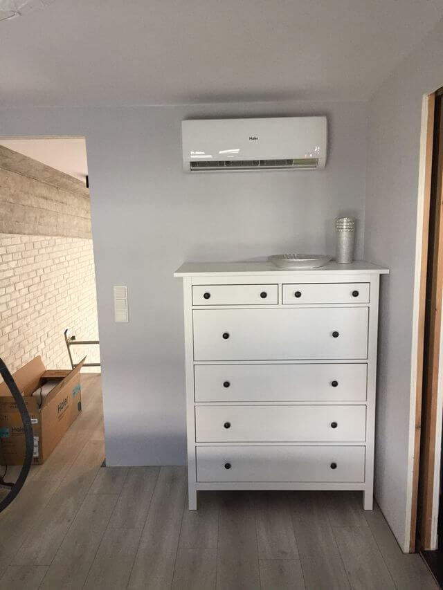 montaż białej klimatyzacji w salonie