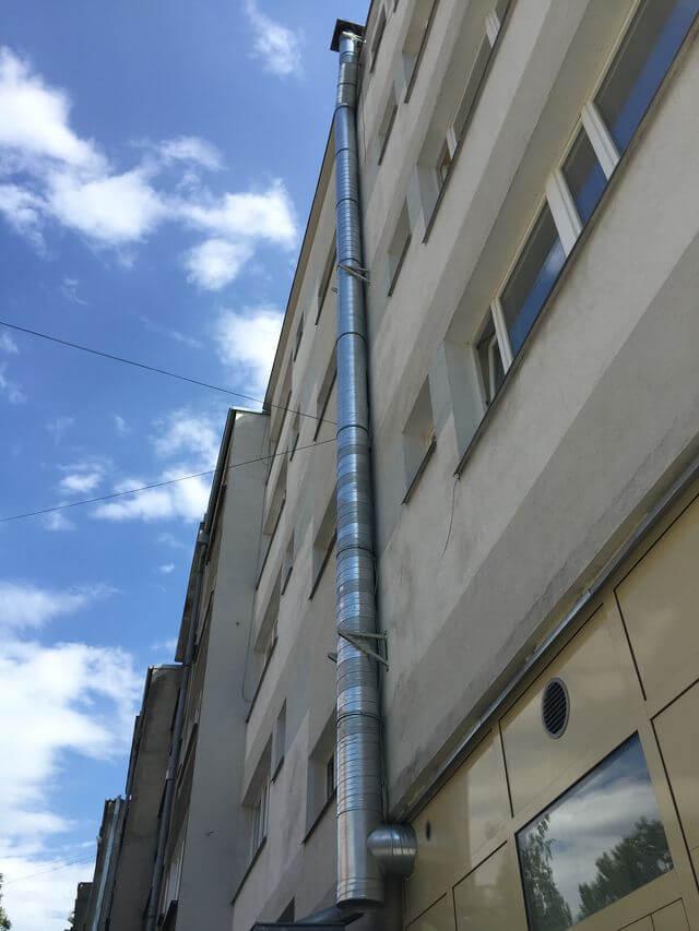 Rozprowadzenie kanałów wentylacyjnych pod klimatyzator kanałowy YORK oraz wykonanie instalacji wyciągu powietrza z okapu na dach budynku.