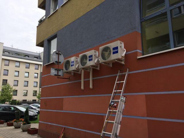 trzy klimatyzatory na budynku