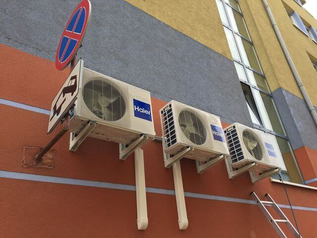 montaż klimatyzacji zewnętrznej na gabinecie dentystycznym