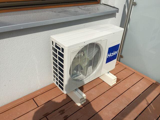 haier klimatyzator na balkonie mieszkania