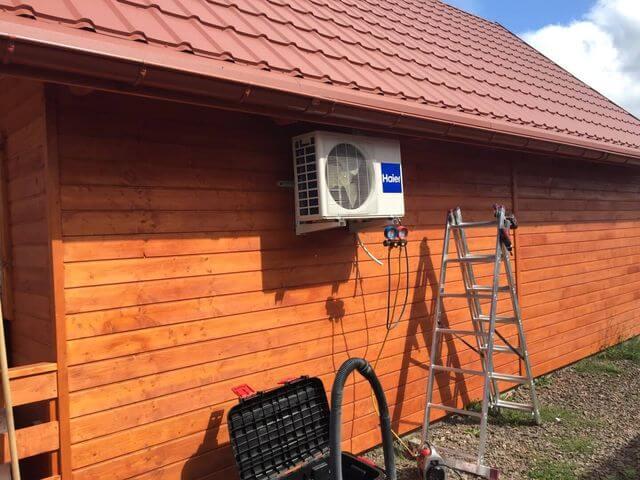 montaż klimatyzacji zewnętrznej w domu drewnianym całorocznym