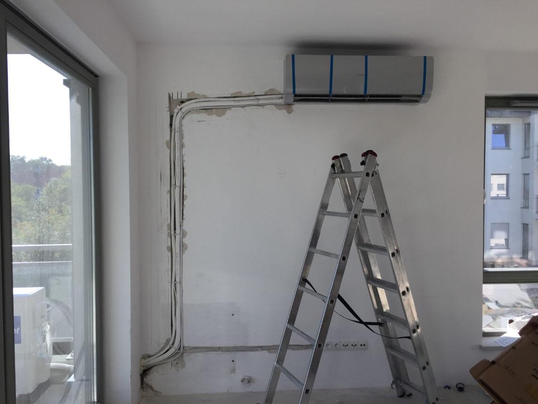 montaż szarego klimatyzatora