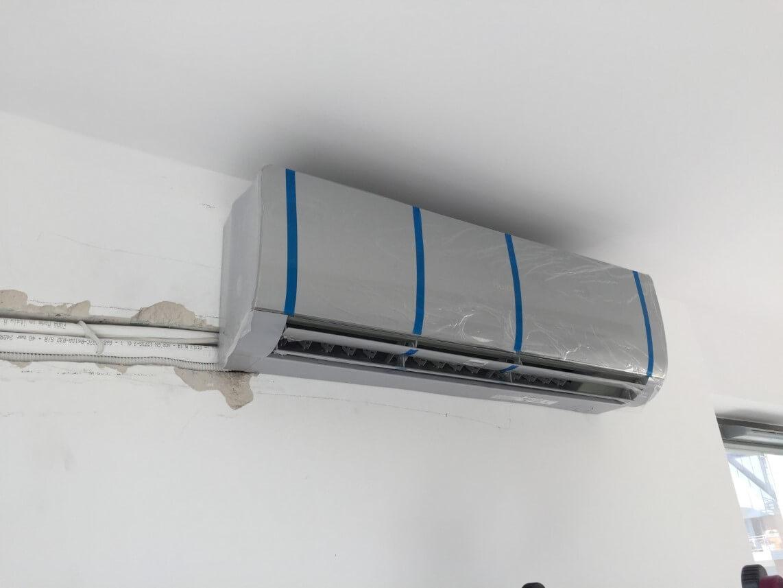 montaż szarej klimatyzacji