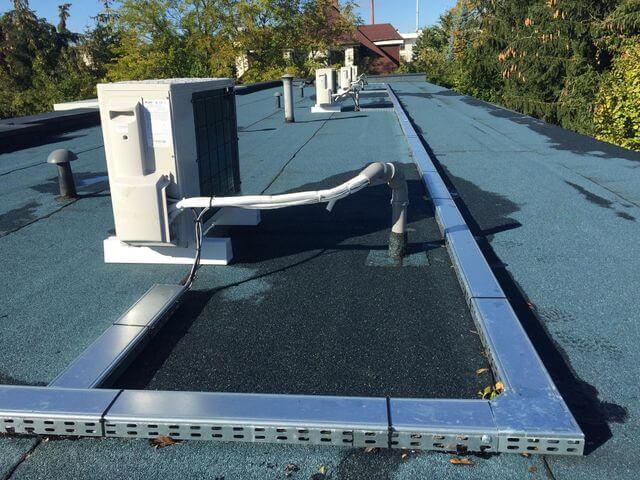 cztery klimatyzatory na dachu