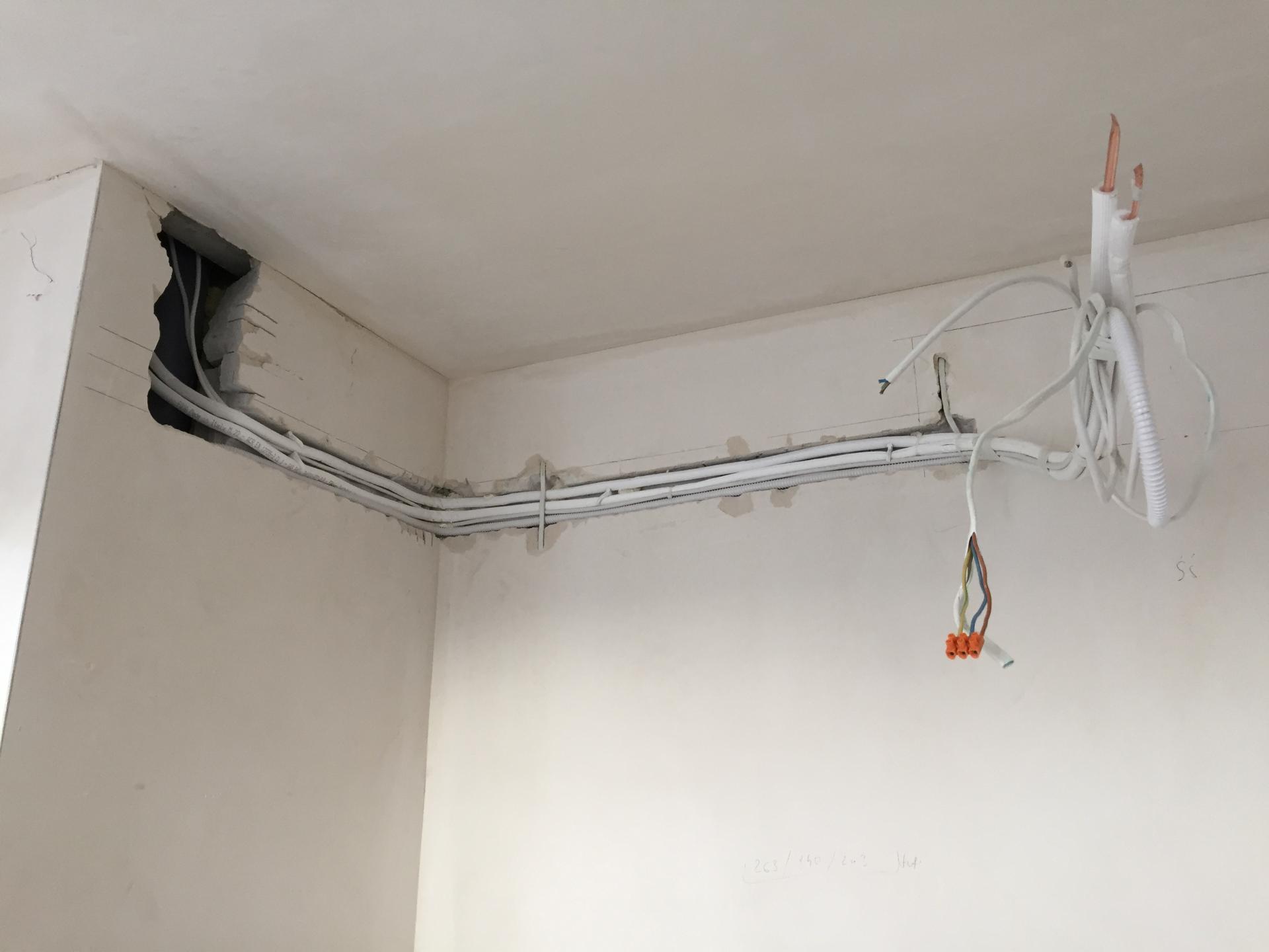 instalacja klimatyzatora w mieszkaniu w trakcie budowy.