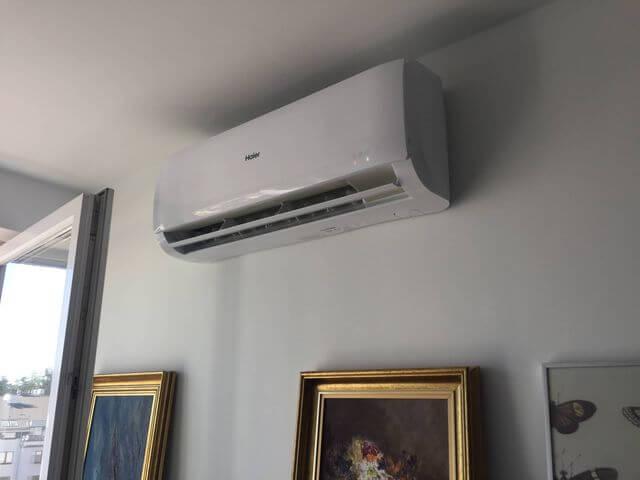 klimatyzacja w mieszkaniu nad obrazami