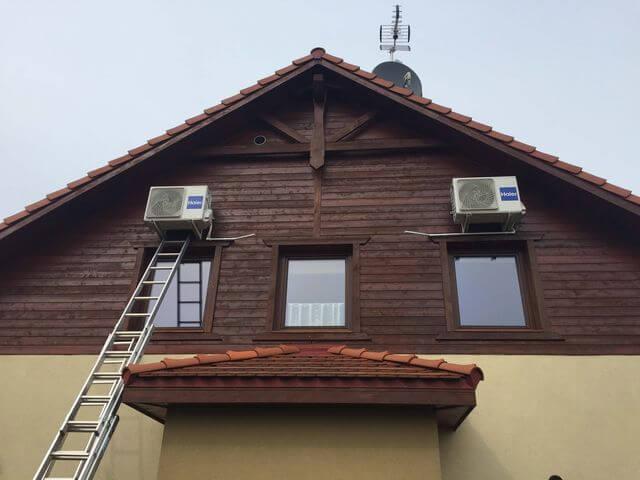 dom z klimatyzatorami przymocowanymi z boku