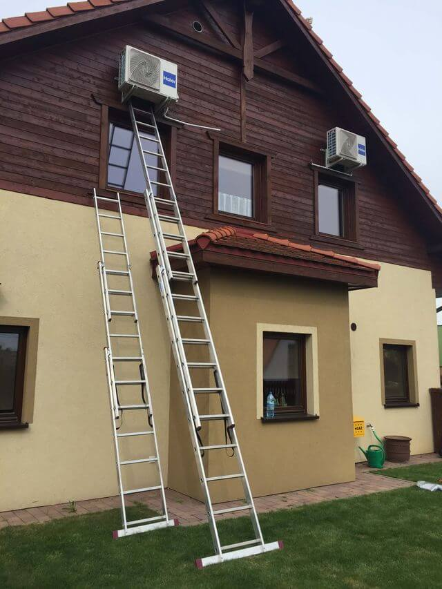 dom z klimatyzatorami na zewnątrz