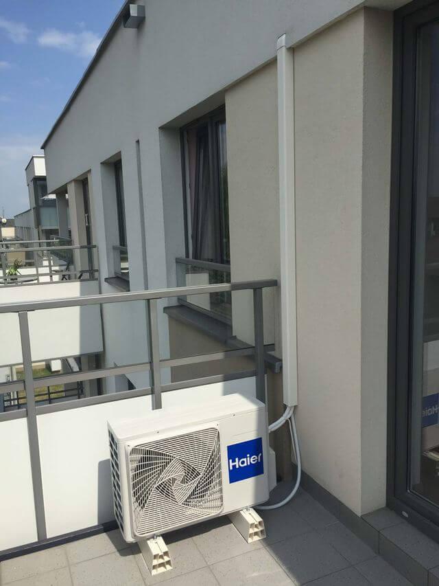 balkon z klimatyzatorem