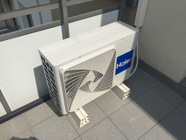 klimatyzator jednostka zewnętrzna na balkonie