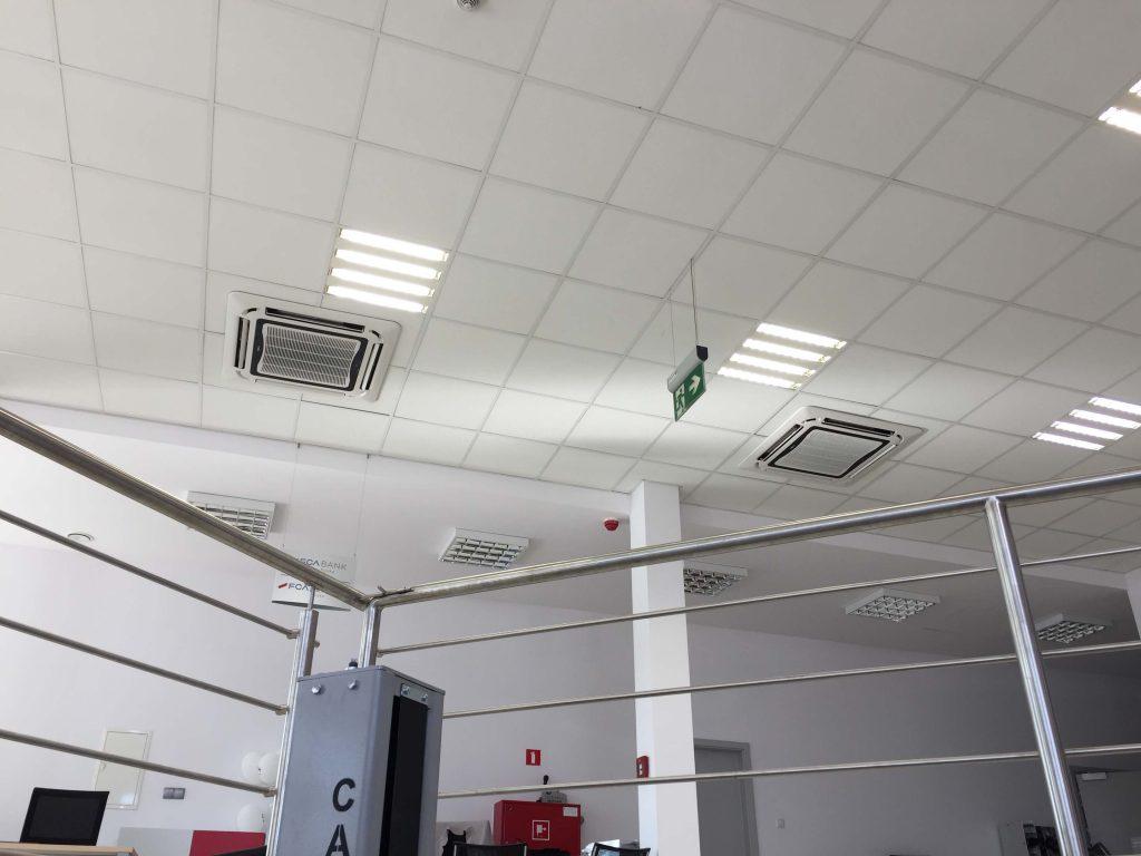 dwa klimatyzatory kasetonowe Marki HOKKAIDO o mocy chłodniczej 7,1 kW
