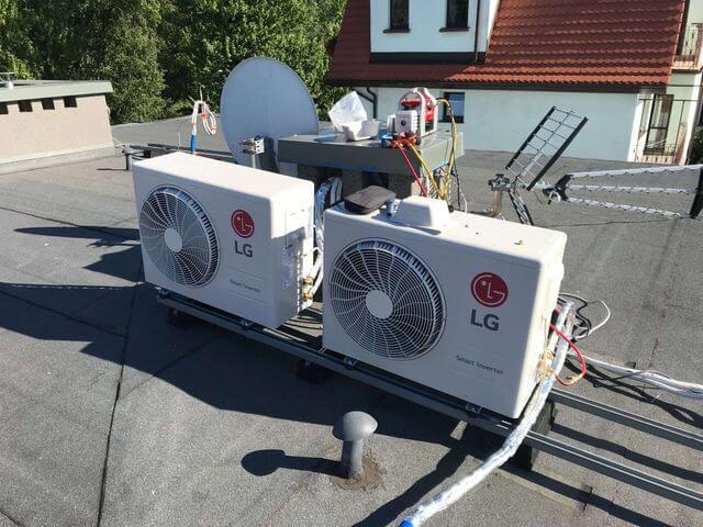 dwa klimatyzatory LG jednostki zewnętrzne zamontowane na dachu na specjalnym stelażu