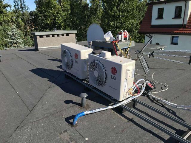 dwa klimatyzatory LG Agregaty zamontowane na dachu na specjalnym stelażu