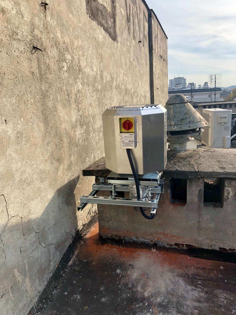 Montaż wentylatora wyciągowego HARMANN ROOFTEC z okapu kuchni w restauracji we Wrocławiu. jednostka zewnętrzna na dachu