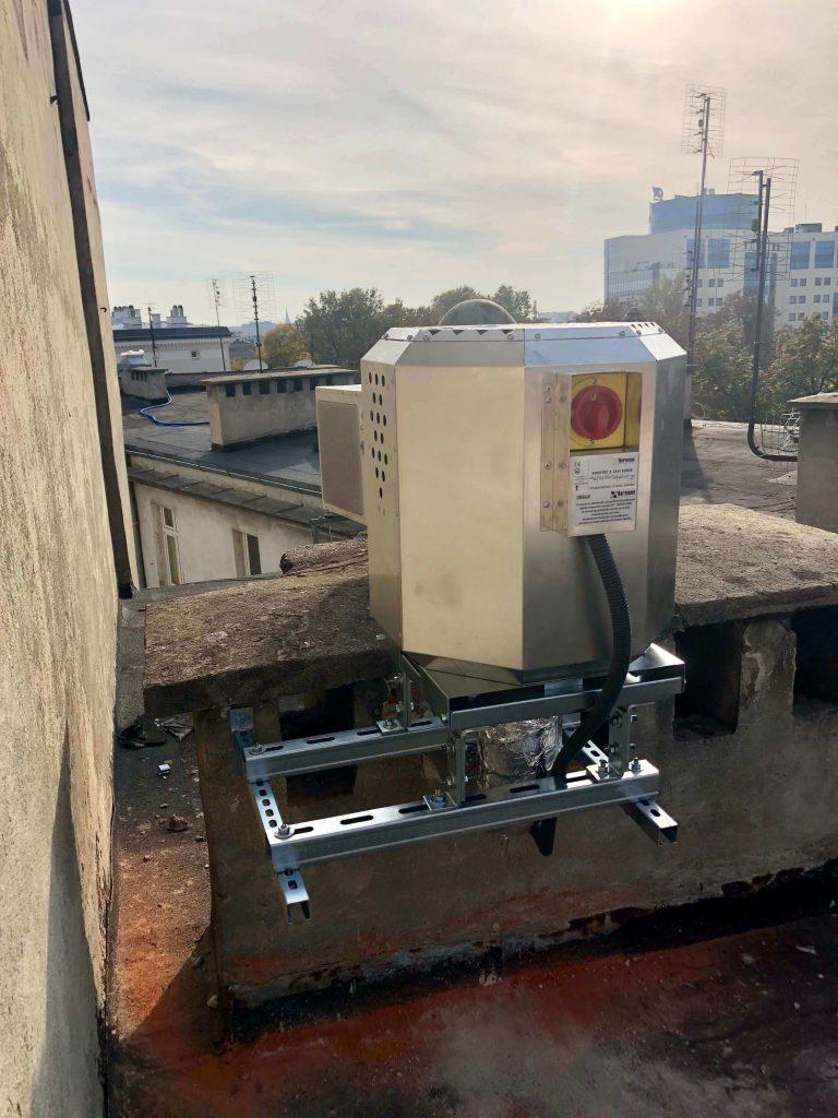 Montaż wentylatora wyciągowego HARMANN ROOFTEC z okapu kuchni w restauracji we Wrocławiu. jednostka zewnętrzna