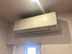 Montaż nowego urządzenia marki FUJI ELECTRIC - KMTA, z nowym ekologicznym czynnikiem R-32. Klimatyzator zamontowany w mieszkaniu nad drzwiami, a agregat na użytkowym dachu z tarasem.