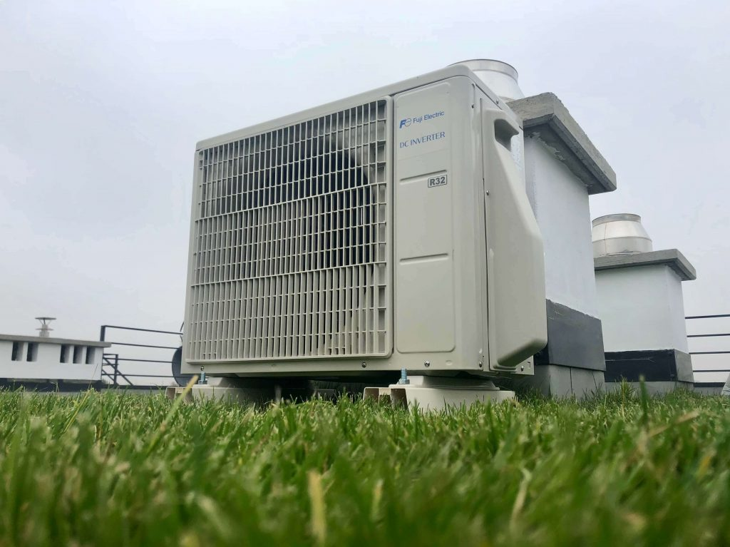 klimatyzacji fuji electric jednostka zewnętrzna na dachu z trawą