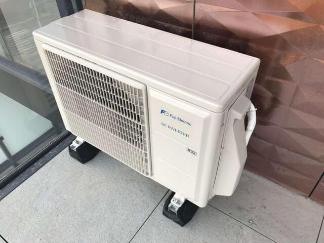 klimatyzacja zamontowana na balkonie