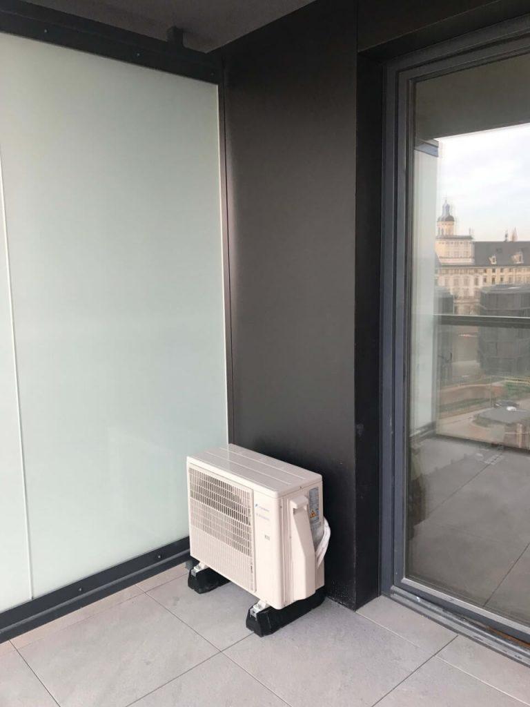 klimatyzacja zewnętrzna na balkonie