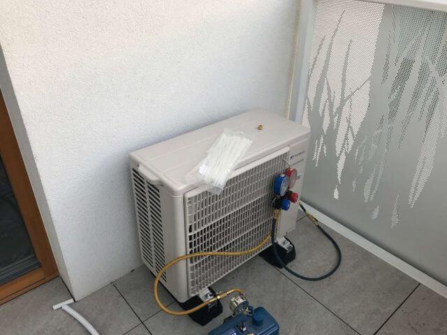 montaż modułu zewnętrznego klimatyzacji na balkonie