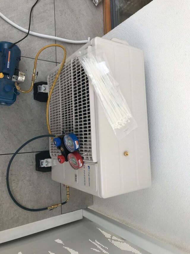 montaż klimatyzacji zewnętrznej na balkonie