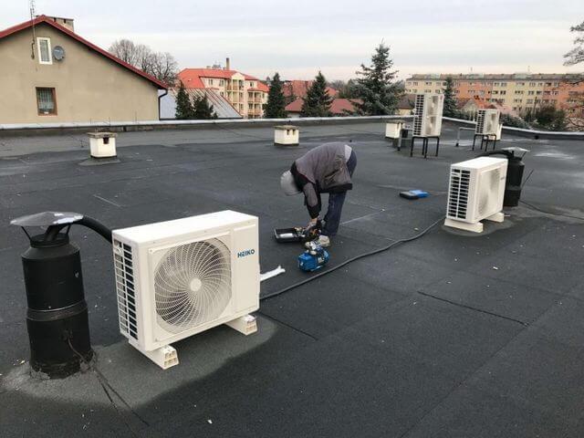 klimatyzatory zewnętrzne na dachu