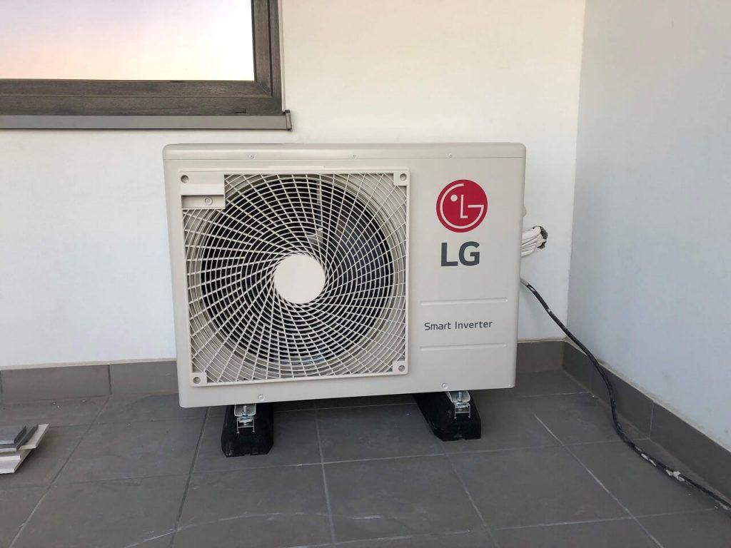 klimatyzator marki LG jednostka zewnętrzna na balkonie