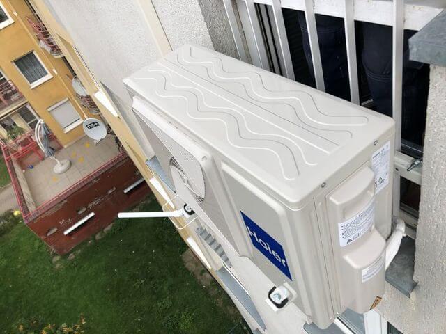 klimatyzacja haier-flexis zewnętrzna przymocowana do krat