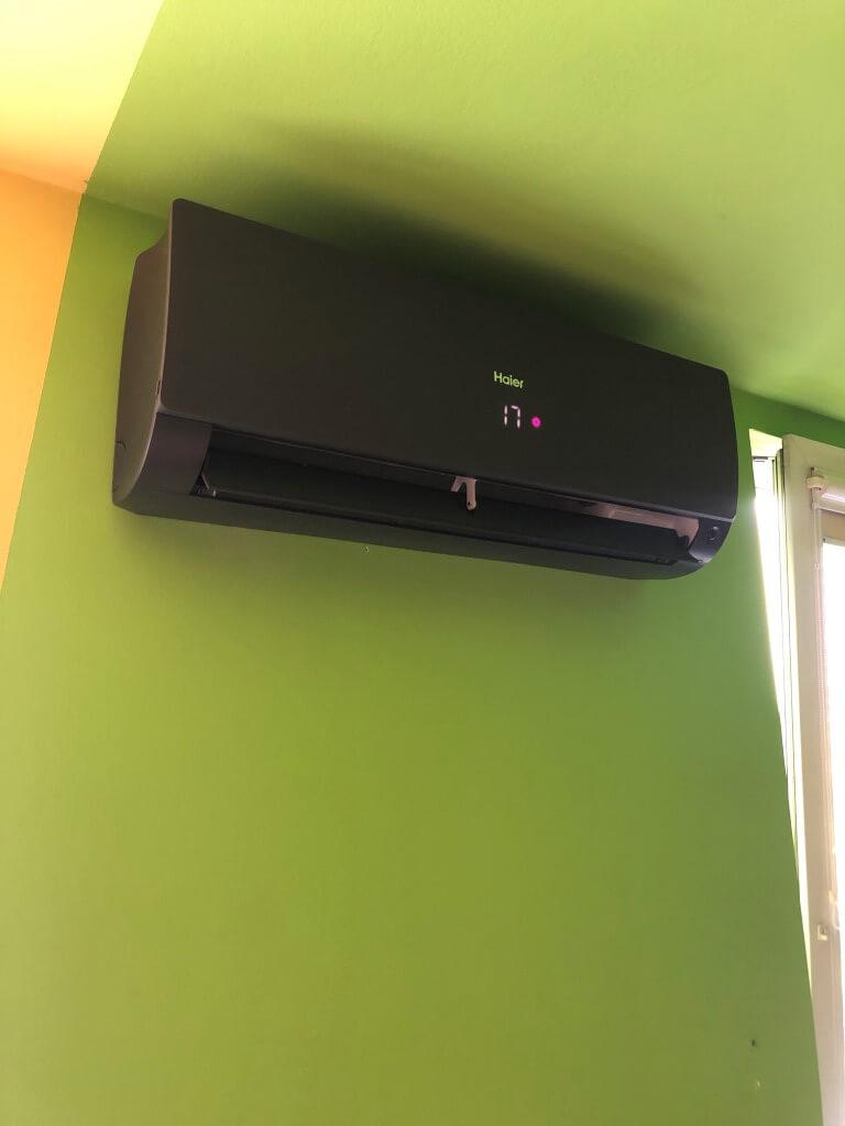 klimatyzacja haier-flexis czarna w mieszkaniu